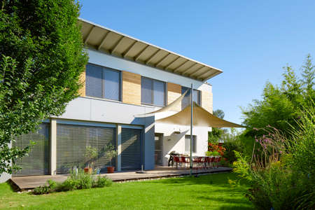 Modern huis met tuin Stockfoto - 42392801