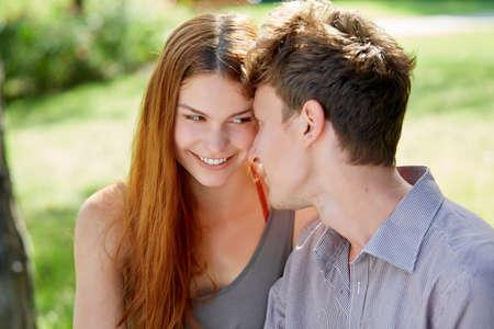 愛のかわいい若いカップル