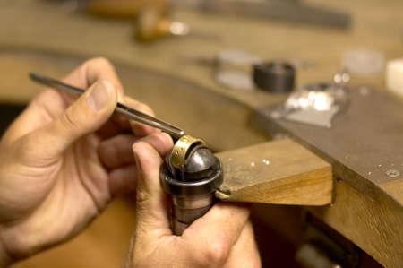 pinzas: Goldsmith en el trabajo en el taller