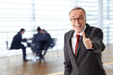 Lterer Geschäftsmann mit erfolgreichen Team Standard-Bild - 44753010