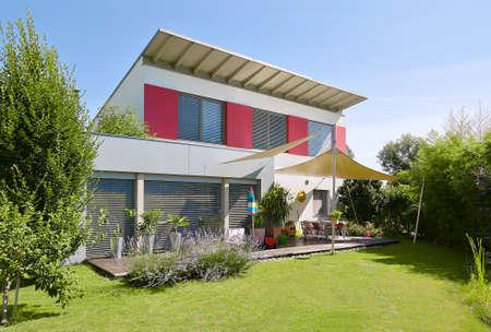 Mooi modern huis met nicegarden Stockfoto