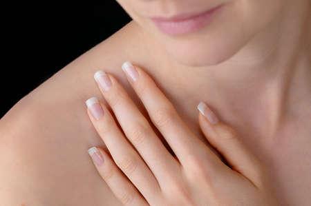 transparente: Belleza joven con pulidas uñas artificiales Foto de archivo