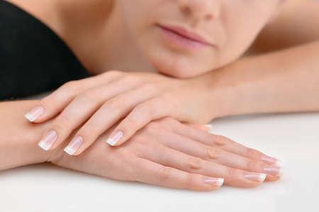 Junge Schönheit mit polierten künstlichen Fingernägeln, entspannt Standard-Bild - 45806705