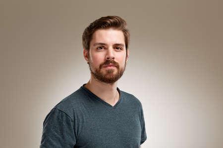 ひげ、中立的な背景を持つ若者の肖像 写真素材