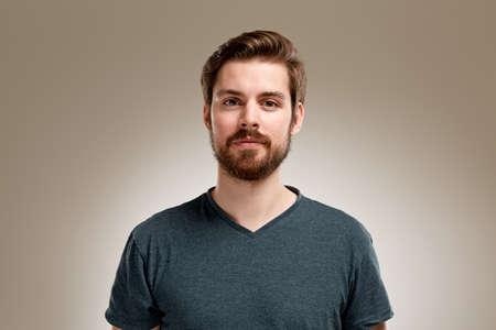 Portrait des jungen Mannes mit Bart, auf neutralem Hintergrund Standard-Bild - 49309514