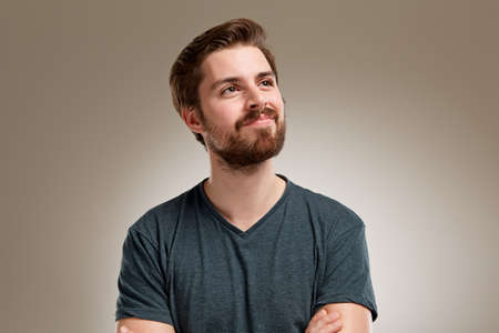 Portret van een jonge man met baard, na te denken over somethink nice