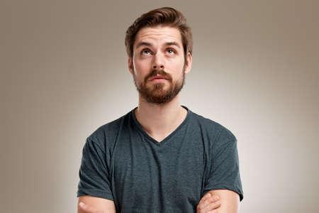 Portrait des jungen Mannes mit Bart und sah verry gerade Standard-Bild - 49349089
