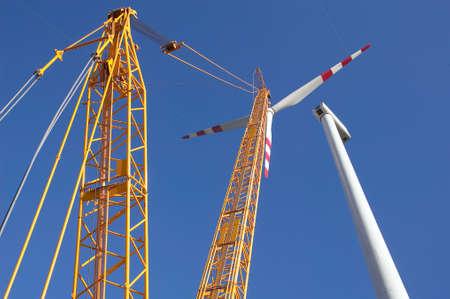 負荷クレーンによる風車の建設