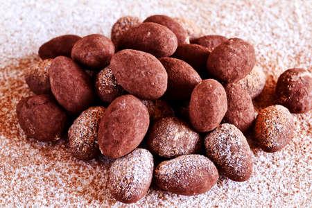 chocolate truffle: Homemade chocolate truffle in cocoa powder