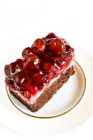 to cake layer: Torta a strati con ciliegie dolci su un piatto d'argento. Ossequi saporiti ad una tazza di t�. Archivio Fotografico