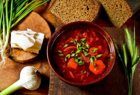 tomate: Ukrainien bortsch soupe rouge avec la graisse de porc sal�e et les verts.