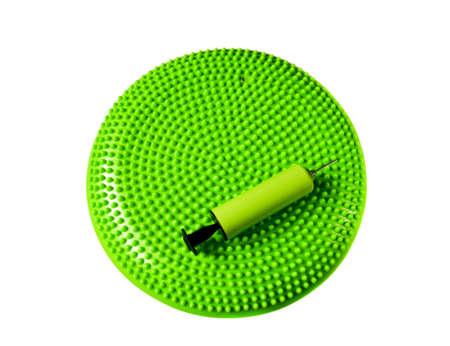 coordinacion: Verde equilibrio amortiguador con la bomba aislados en blanco Foto de archivo