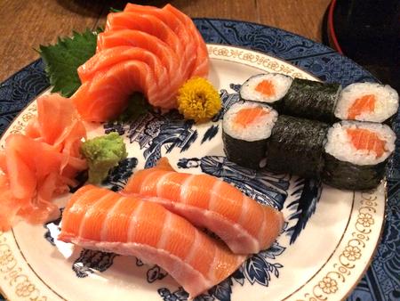 japanese sake: Set de sushi - salmón y arroz