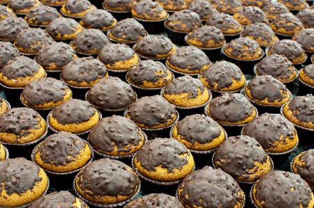 nigella seeds: Vista de varias magdalenas de espelta con chocolate recien horneadas