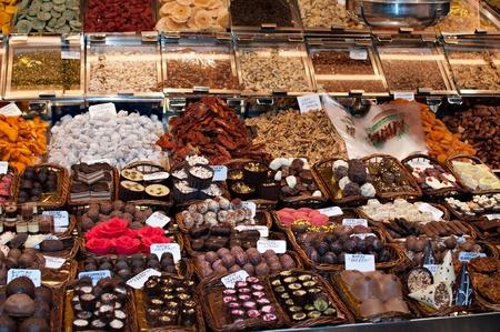 tiendas de comida: Tienda especializada en la venta de chocolate Foto de archivo