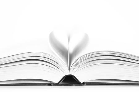 romans: Strony książki tworzących serca