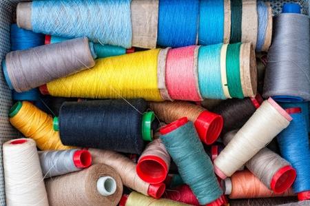 resistol: Hilos de coser de varios colores Foto de archivo