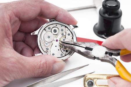 broken wrist: Detalle de piezas del reloj para la restauraci�n Foto de archivo