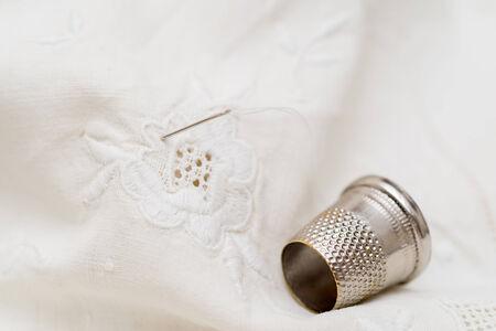 elementos de protección personal: Detalle de un dedal de costura Foto de archivo