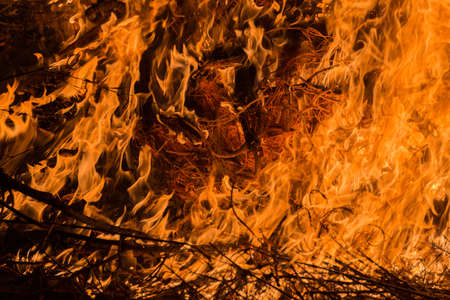 resplandor: Los detalles de un incendio en una zona montañosa
