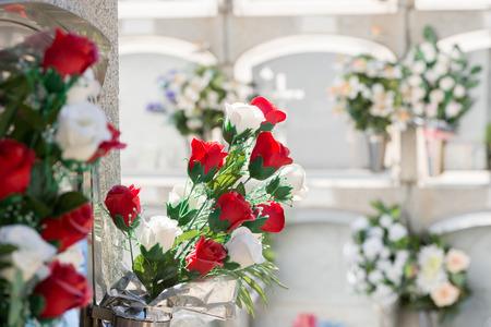 Detail van een boeket bloemen op een begraafplaats Stockfoto