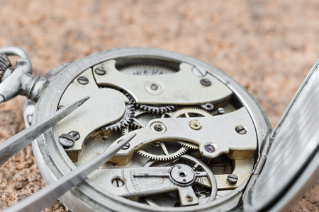 seconds: Details of watches and mechanisms for reparation, restoration and maintenance