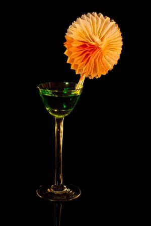 verm�: En vaso de coctel negro con decoraci�n Vermut y verde. Foto de archivo