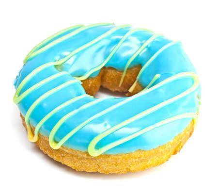 Beignet sur un fond blanc avec gla�ure bleu. Banque d'images