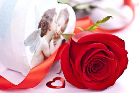 Belle red rose avec le coffret en forme de c?ur avec les anges et petit c?ur en forme rouge. Banque d'images