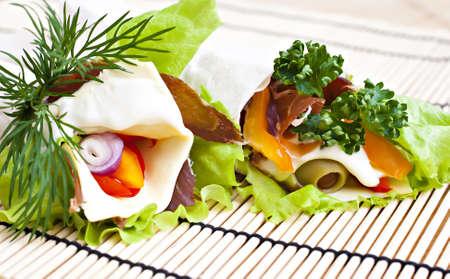 carnes y verduras: Lavash con vegetales frescos, quesos y carnes secas.