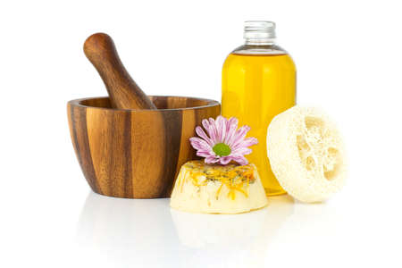 Huile de jojoba et de camomille Homemade soap. Isoler sur un fond blanc. Banque d'images