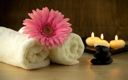 Les bougies, serviettes et la fleur rose, massage aux pierres dans un Spa de Zen. Banque d'images