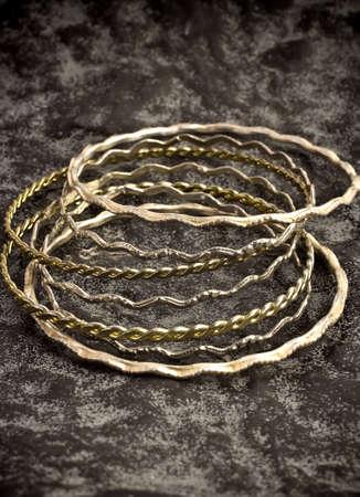 Bracelets en argent antique sur la surface de la pierre.