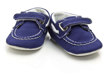 Chaussures b�b� sur un fond blanc.