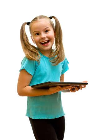 kinderen: Meisje met behulp van tablet-pc die op de witte achtergrond.