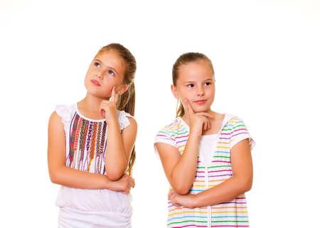 Deux filles plong� dans ses pens�es isol�es sur fond blanc