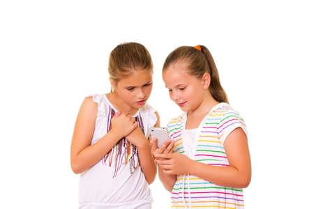 Deux filles jouent avec l'iPhone Isol� sur le fond blanc