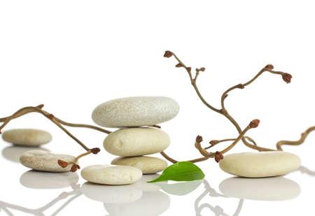 Spa pierres et des feuilles vertes, isol� sur fond blanc