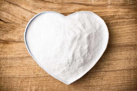 Soda, heart-shaped box  Wooden surface  Stockfoto