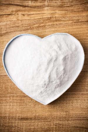 Soda, bo�te en forme de coeur. Surface en bois.