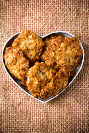 Oatmeal cookies heart-shaped box. Banque d'images