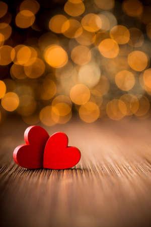 Herzen auf einem Holztisch und Hintergrund ist ein Bokeh Standard-Bild - 21726125