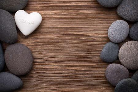 Te の木製の背景でスパの石。
