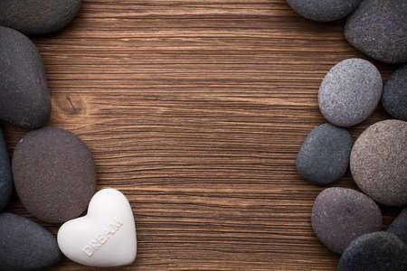 Spa pierres dans te fond en bois. Banque d'images