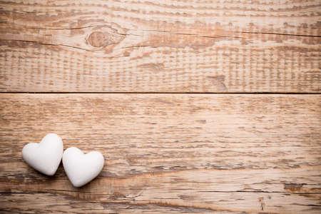 白心臓と木製の背景。 写真素材