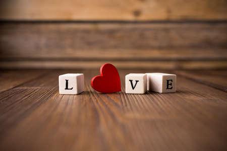 Message d'amour �crite dans des blocs de bois. Coeur rouge.
