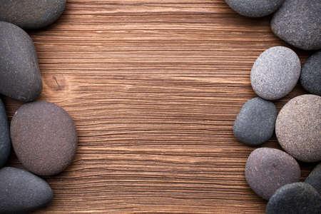 テ ・木製の背景でスパ石。