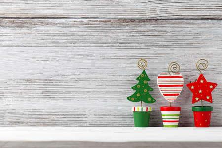 クリスマス背景。白の木製の背景にクリスマスの装飾。 写真素材