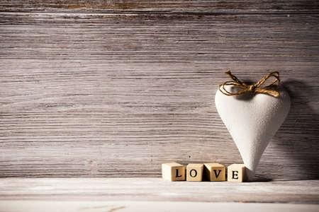 corazones de amor: Coraz�n en un fondo de madera. Estilo vintage. Foto de archivo