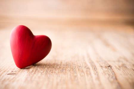 Rood hart-vormige snoep op een houten achtergrond.